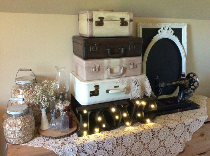 Valises,machine a coudre love lumineux tranches de bois nappe en dentelle ardoise jarre a biscuit,lampe a l'huile.Location vintage?oui je le veux  Http://www.facebook.com/Mariage.vintage.shabbychic