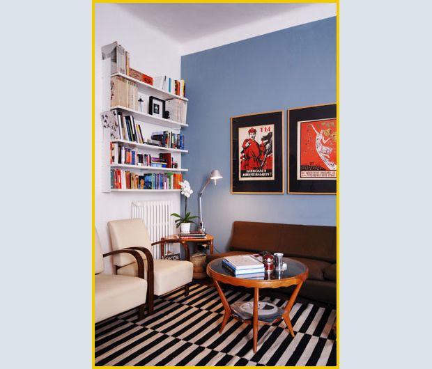 Le due poltrone anni '40 sono state ereditate dalla nonna e il piccolo tavolino anni '60 sotto gli scaffali-libreria bianchi è stato acquist...