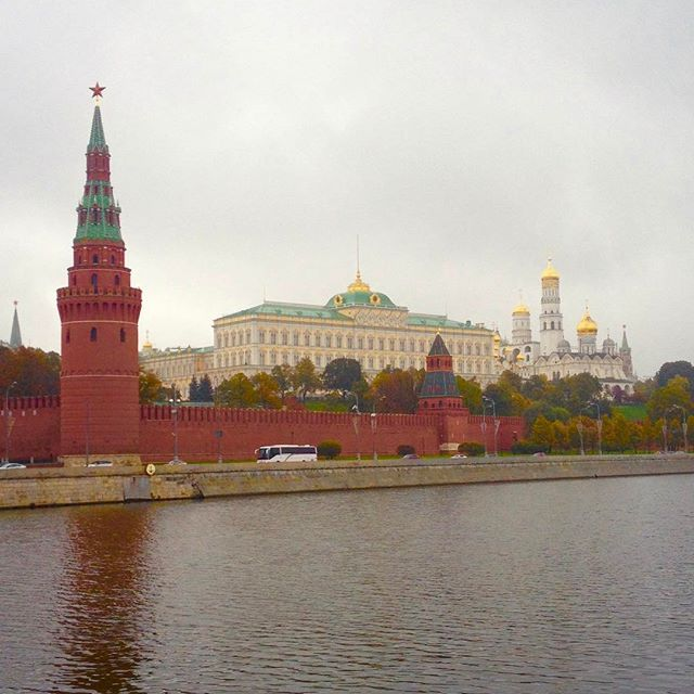 📸: View of the Kremlin from the Moscow River 🛳 head over to the blog to see pictures from the inside! #thegirlswhowander #Moscow #russia #kremlin #kremlinpalace #moscowriver