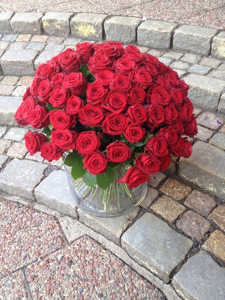 100 röda rosor i vas blir Dagens Blommogram. Levererat från Interflora Fresh Blomstermakarna i Mölndal. #rosor #blommogram