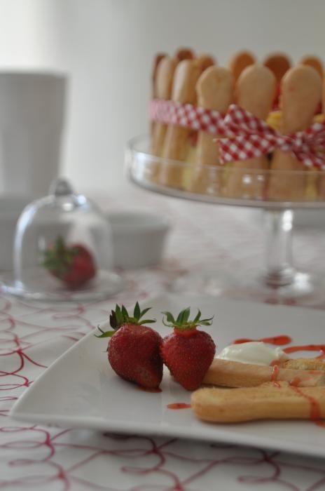 Skład: 4 żółtka 100 g cukru pudru 1 duża szklanka truskawek pokrojonych w plasterki 500 g serka Mascarpone 1 opakowanie podłużnych biszkoptów 1 opakowanie okrągłych biszkoptów mus truskawkowy: 1 szklanka zmiksowanych truskawek 3 kropelki esencji migdałowej 2 łyżki cukru 1 łyżeczka soku z cytryny A oto jak to zrobić: 1. W szerokiej misce ucieramy żółtka …