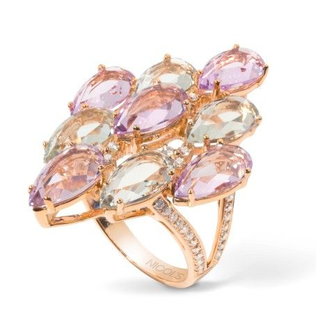 Sortija NICOL´S. Sortija en forma de racimo de piedras en varias alturas, engaste en garras y pavé en el brazo doble. Fabricada en oro rosa 18kt, topacio azul 5.00qt, amatista 5.00qt, diamantes 0.70qt.