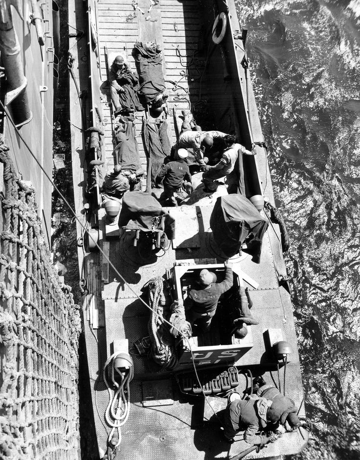 https://flic.kr/p/ejpzNp | p012559 | Un LCM accoste un navire pour transborder des blessés. Sous réserve photo de Robert F. Sargent à Omaha à bord de l'USS Samuel Chse (APA-26), voir ici : en.wikipedia.org/wiki/Robert_F._Sargent en.wikipedia.org/wiki/USS_Samuel_Chase_%28APA-26%29