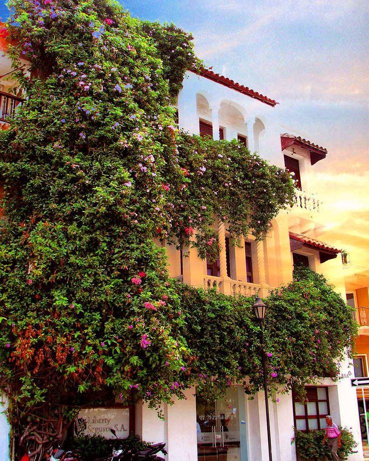 Cartagena mi amor  Temos no blog hoje uma ótima dica de hotel na cidade! Me apaixonei por essas fachadas cheias de vida vale muito a pena conhecer. É só conferir em: letouristeblog.com by blogletouriste