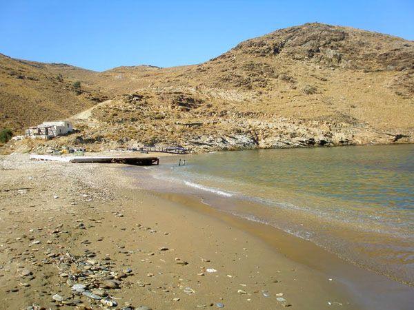 Παραλία Σχίνος. Νότια του νησιού. Με 4χ4 φυσικά. Ερημική με καθαρά νερά.