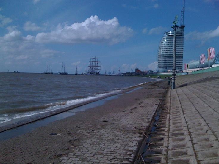 Bremerhaven: die Deichperle mit Sail City Hotel (2010)