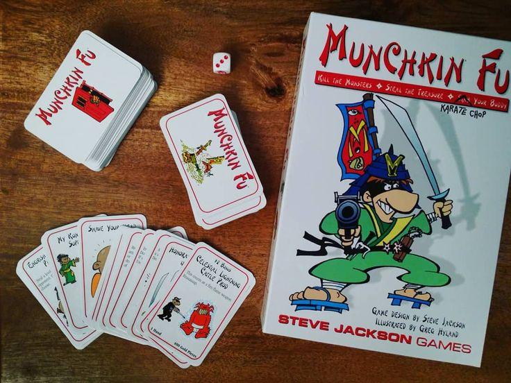 Najwięksi ściemniacze świata zaczynali od tej karcianki. Ja niestety wciąż mam wyrzuty sumienia po każdej rozgrywce.  Siostra dostała swoją upatrzoną wersję pora upolować #Munchkin Steampunk. Może pozbawi mnie skrupułów. Przydatne w życiu. #neiragra #tabletop #cardgame #geeks