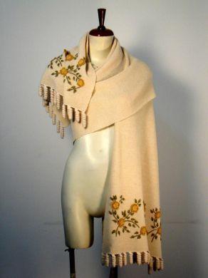 Creme farbener #Schal mit #Tornillo #Bordados #Stickereien, #Alpakawolle. Ein kostbarer Schal, aufwendig mit Tornillo Bordadas Stickereien gestaltet. Eine hunderte von Jahren alte Tradition der Stickerei aus Peru, eine aufwendige und liebevolle Handarbeit.