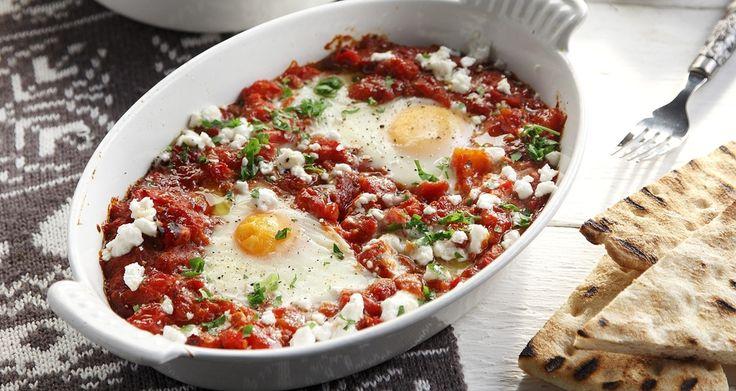 Αυγά ποσέ σε πικάντικη σάλτσα ντομάτας