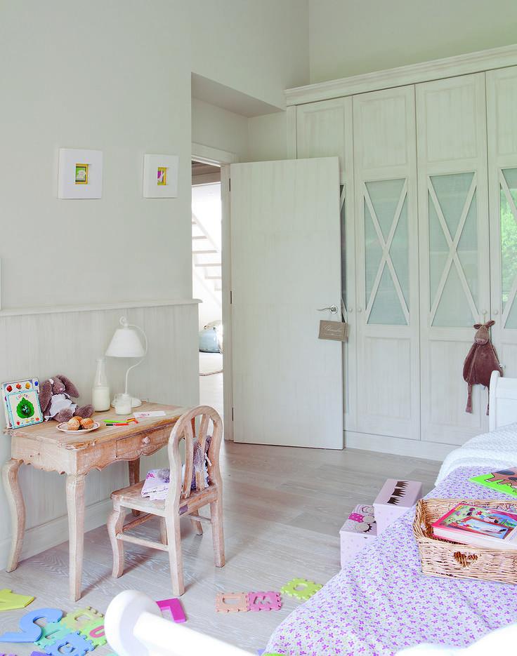 18 00305138. Armario rústico en madera blanqueada en habitación infantil, con mesita de madera con silla y arrimadero_305138