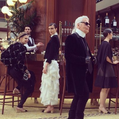 Karl and the girls @chanelofficial #BrasserieChanel  (à Grand Palais Paris)