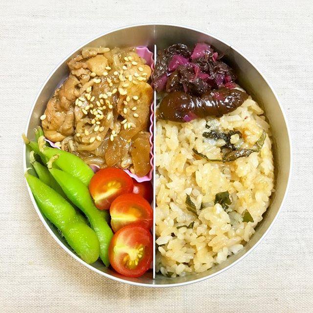 明日のお弁当😋🍙 * * ・青じその混ぜご飯 ・自家製ミニトマト ・京都の柴漬け ・トンテキ炒め ・塩茹で枝豆 * * 明日のお弁当を前日に準備🙌🏻💨 1分でも長く寝たい横着さですが…😅💦 ご飯が左右逆に写真を撮ってしまった📷 * * #ランチ #料理 #おうちごはん #アルミ弁当 #トマト  #lunch #cooking #yummy #rice #beans #eat #food #recipe #goodnight #sleep #night #foodstagram