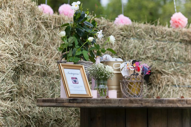 Photo booth props on a cable drum, pink pom-poms, hay background and pink roses! Frame with Instagram hashtags #fristadlove & #eviglykke