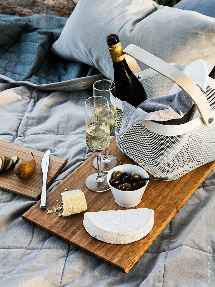 IKEA Deutschland | Ein romantisches Picknick am Seen mit einer kuscheligen PENNINGBLAD Decke und einem RISATORP Korb auf einem APTITLIG Holzbrett. http://www.ikea.com/de/de/catalog/products/90281618/ #Draussen #Romantischespicknich