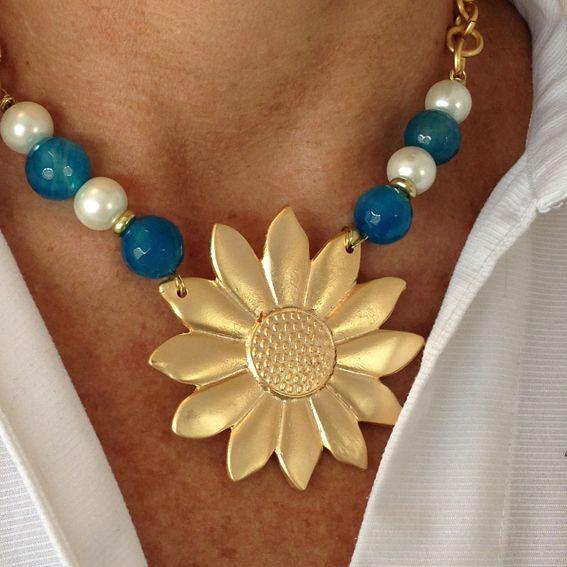 Girasol con ágatas turquesas y perlas de rio blancas