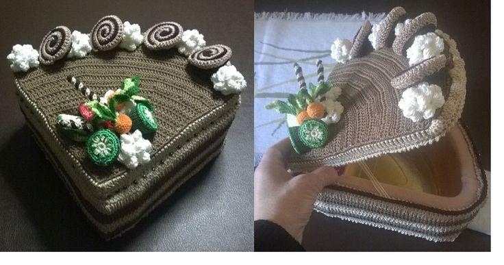 scatola porta cioccolatini, Fetta di Torta al cioccolato con girelle e ciuffi di panna, realizzata interamente all'uncinetto