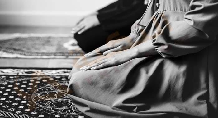 تفسير حلم رؤية صلاة العصر في المنام معنى صلاة العصر في الحلم للعزباء والمتزوجة والحامل رؤيا صلاة العصر جهرا دلالات صلاة العصر جما Muslim Couples Pray Quran
