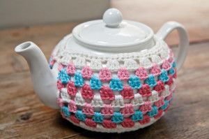 A simple but gorgeous tea cosy pattern (and there's one for matching mug-hugs too)