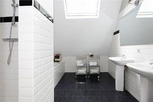 Klassieke badkamer in herenhuis met fantastische tegeltjes aan de muur.