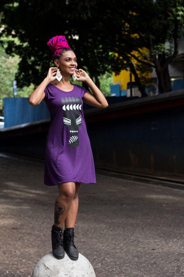 A modelo Naiara Farias usa vestido com estampa autoral Pente Garfo.