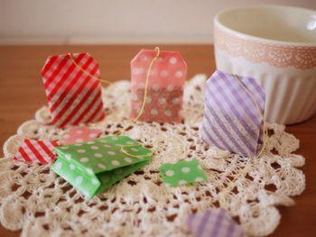 折り紙で作られたティーバッグは、お茶などのお裾分けに使ってみたいアイディア。トレッシングペーパーやトランスパレントなどの透け感のある物を使うと、よりティバッグらしく仕上がります。