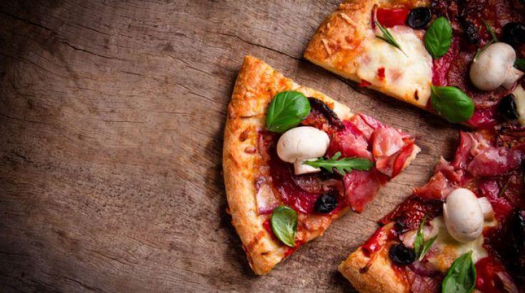 Alzi la mano chi non si è incantato almeno una volta a guardare i pizzaioli mentre lavorano. L'angolo della pizza è, probabilmente, il posto …