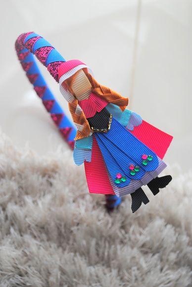 **VALOR POR UNIDADE**  **ESCOLHA A SUA**    Tiara princesas - versão LUXO!!  Muito mais ricas em detalhes e material diferenciado.  Tiara trançada com 2 cores.    Modelos disponiveis:  Ariel  Anna  Elsa  Branca de neve  Rapunzel    **VALOR POR UNIDADE** R$ 30,00