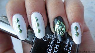biało-czarne paznokcie z zielonymi ozdobami, ćwieki, diamenciki #werterownia