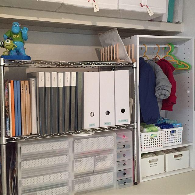女性で、のセリア/ニトリ/ゼロキューブ/無印良品/キッズスペース/こどもと暮らす。…などについてのインテリア実例を紹介。「押入れ収納上段。 左側のラックには家族のアルバム、文房具、こどものお絵かきグッズ、母子手帳など頻繁に使用するものを収納しています( ¨̮ ) 右のカラーボックスにはこどもの上着。 下段にはお尻拭き、手拭きのストック、メイク道具などを収納しています。 . オムツカゴの上にあるので お尻拭きをさっと取ってオムツ替えもスムーズ! ペン類も収納しているので空いているスペースで保育園用のオムツの名前書きもここで終わります。」(この写真は 2016-12-15 08:05:33 に共有されました)