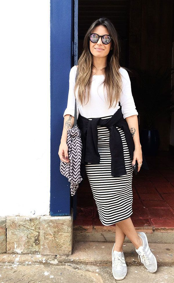 Carol burgo look preto e branco street style black and white saia midi listras tenis branco