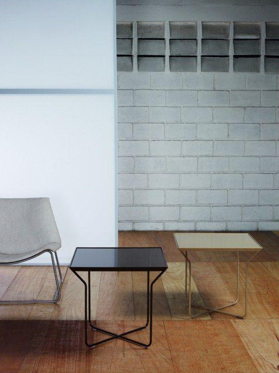 Mesa lateral metal y cubierta en madera