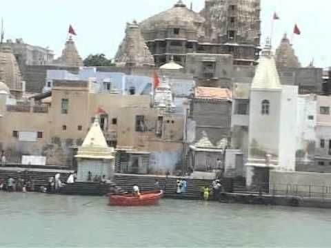 Dwarkadhish Temple, #Mathura History, #Uttar_Pradesh - A Briefing - Our visiting time was during the month of February, so there was not much crowd as one would definitely visualize during the festive seasons. During few of the Indian festivals like #Holi, #Diwali and #Janmashtami, #Dwarkadhish_temple becomes the hub of activities.