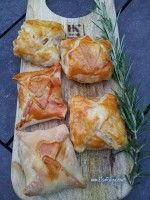 Kip Pasteitjes 2 grote kip bouten1 kip boullion In een pan met water en de boullion kook je de kip bouten (tot dat ze gaar zijn). Als de kip gaar is, even laten afkoelen en vervolgens fileren in stukjes  1 lepl. boter2 lepl. tomaten puree1 lepl. ( van het water waar de kip in heeft gekookt)1theel. peper1/2 nootmuskaat1 pak bladerdeeg voorverwarmen 1 eierdooierAan de slag: Haal de bevroren plakjes los van elkaar en laat ze gedurende 10min. op het tussenlegvelletje ontdooien.