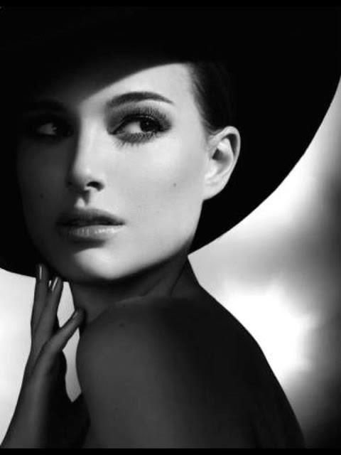Black and whit photography example or pose idea of Natalie Portman. #togally #balckandwhite