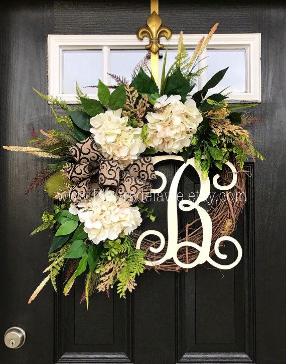 Wunderschöne ganzjährig Tür-Kranz!  Perfekt für Ihre Gäste zu Ihnen nach Hause, mit dieser von einem freundlichen Tür-Kranz zu begrüssen.  Besteht auf einem 18 Weinrebe Kranz mit Moos, gemischte fließenden grünen Efeu, Buchsbaum, Eukalyptus, Hortensien Blätter, Ficus Blätter und Farne. Schöne Creme Hortensien mit weißen und beigen Akzenten. Eine dekorative 12 Elfenbein Skript Monogramm und einen schönen schwarzen Scroll-Bogen machen dieser Kranz ein Unikat.  Misst ca.: 28 x 25 x 7 (Spitze zu…