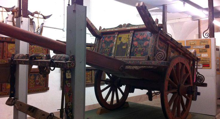 Il Biroccio è il carretto marchigiano, un carro multifunzione che veniva utilizzato quando le auto non c'erano. Era per il lavoro dei campi, ma anche per il trasporto delle persone e delle cose, e quando serviva, diventava anche carro funebre. A differenza dei carri delle altre regioni quello marchigiano veniva decorato in maniera vistosa, molto …