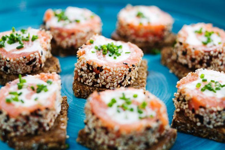 Laxsnurror med wasabi på rågbröd | Recept.nu