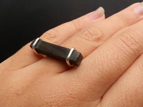 Dubbele ring van zilver met een balkje van ebbenhout