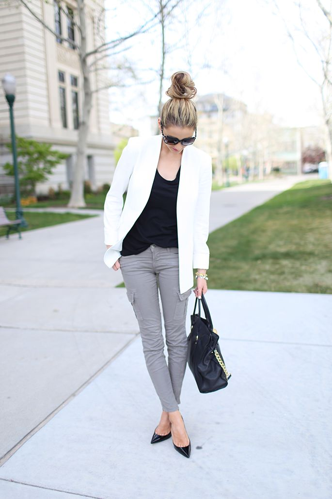 loving the simple gray jean styling. crisp gray skinnies + white blazer + flattering black tank.