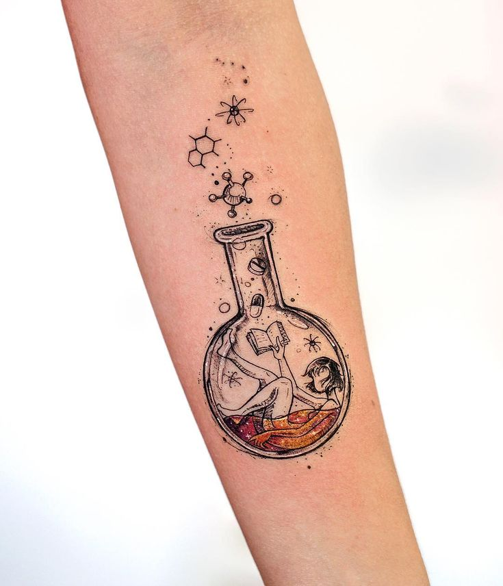 Tatuagem criada por Rob Carvalho de São Paulo.    Química.