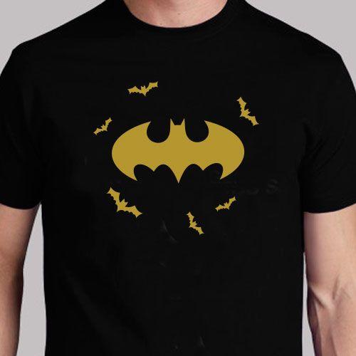 Batman nunca deja de estar de moda, sorprende con este original regalo de una camiseta negra con vinilo dorado.