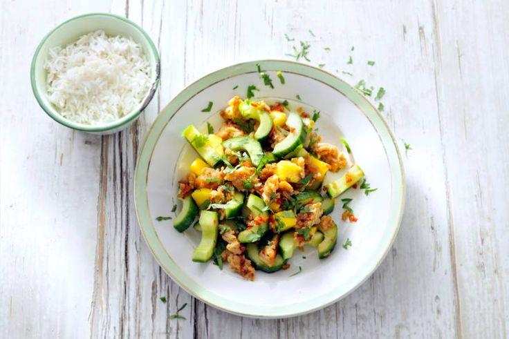 Kijk wat een lekker recept ik heb gevonden op Allerhande! Pittige roerbak van kipgehakt met komkommer en mango