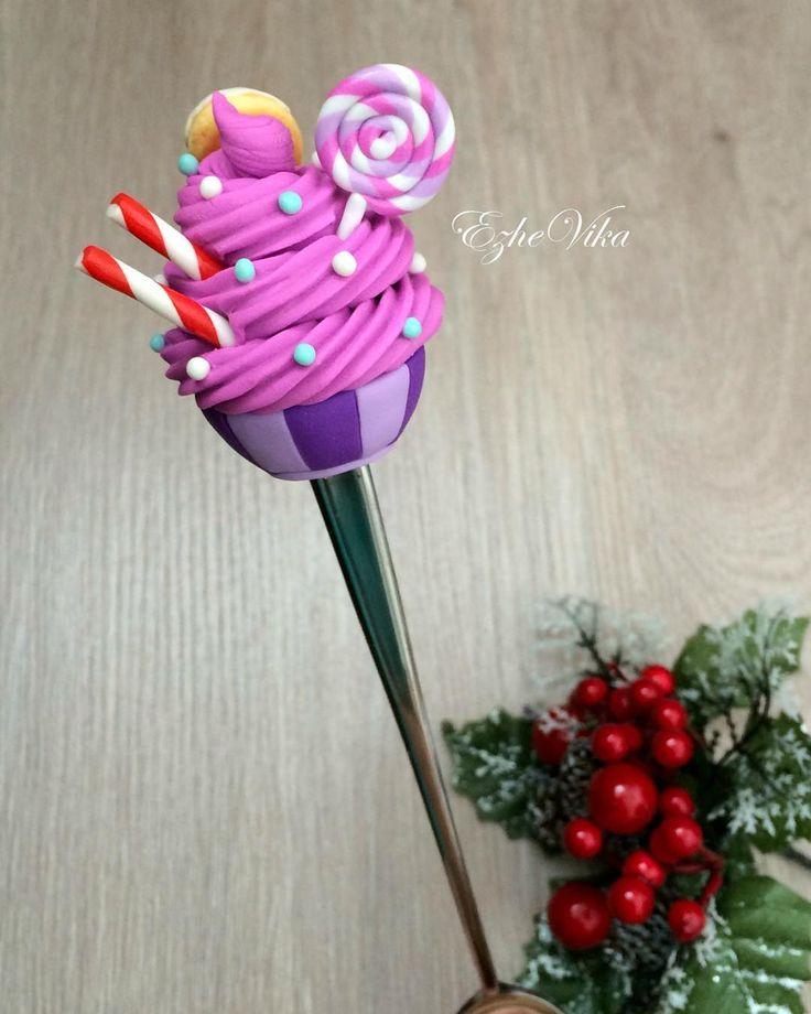 «Вот такой десерт на удлинённой ложке выполнен полностью по желанию заказчицы (на обратной стороне пончик). #полимернаяглина #вкусныеложки #сладкиеложки…»