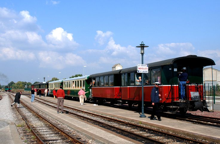 Trem na estação de Noyelles-sur-Mer, França, na linha que liga Cayeux-sur-Mer a Le Crotoy. Caminhos de Ferro da Ba´pia de Somme, departamento de Somme, região administrativa da Picardia, França.  Fotografia: Paul Hermans.