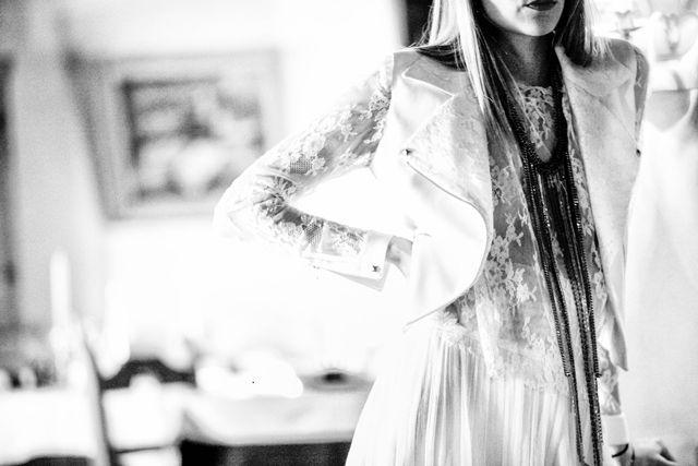 Blouson de mariage style perfecto - Robes Rime Arodaky - Mariage Montagne Hiver Megeve Le Fer a Cheval - Daylove Event - Crédit Photo Elle Photographie - La Fiancée du Panda Blog Mariage & Lifestyle