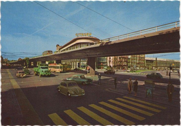 Viaduct naar het terrein van Expo 58, Sainctelettesquare en Leopold II-laan, Brussel, gesloopt in 1982 (oude prentkaart). Nadat hij in 1982 werd afgebroken, werd hij aan de Thaise regering geschonken en in Bangkok heropgebouwd.  Op de achtergrond: de Citroëngarage waar het Museum voor Moderne Kunst komt.  BRUSSEL '50 '60