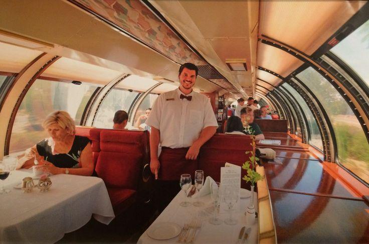 SEE THE WORLD BY TRAIN 2015・MAY  「ナパバレー・ワイントレイン」の展望ダイニングカー。赤い蝶ネクタイのクルーが「ワインのお代わりはいかが?」と、やってきた。パノラミックな車窓の向こう側に広がるのは、カルフォルニア・ワインの産地ナパバレーのぶどう畑である。ワイン列車は甘美なワインの香りを漂わせながら、ナパ〜セントヘレナ間を3時間かけて往復する。 (アメリカ)