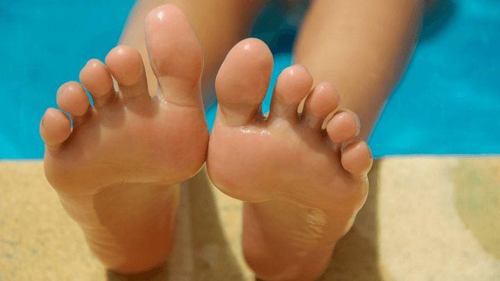 Stopy nie mają lekko, to na nich utrzymuje się cały ciężar naszego ciała. Dlatego warto je wzmacniać i rozciągać, szczególnie jeśli dużo biegamy.