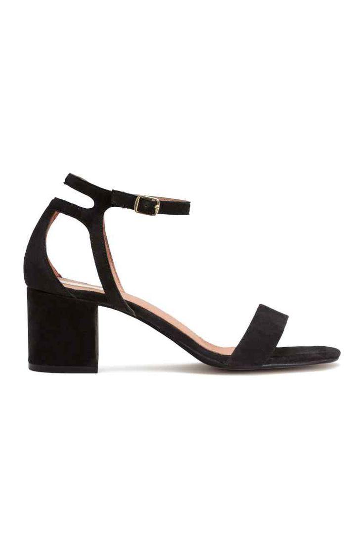 Sandales en daim: QUALITÉ PREMIUM. Sandales en daim avec talon habillé. Modèle avec bride de cheville ajustable munie d'un élastique et d'une bloucle en métal. Doublure et semelle intérieure en cuir. Talon 6 cm. Semelle de marche en caoutchouc.
