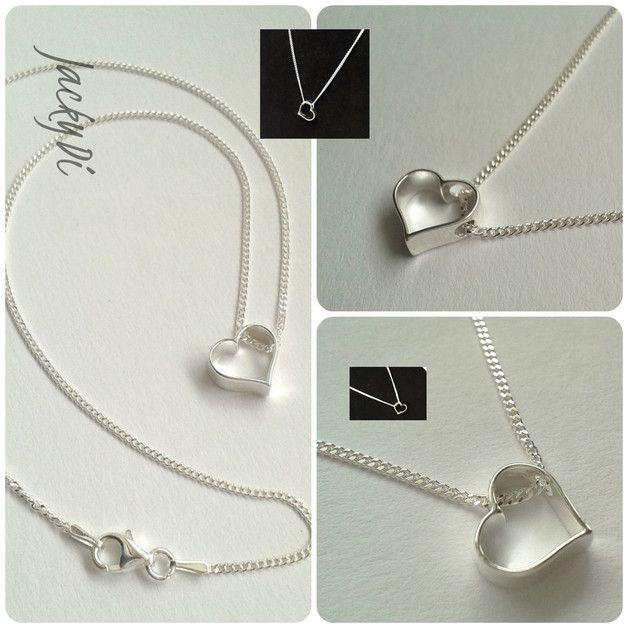 Wunderschöne romantische Halskette mit einem einzigartigem Herz als Anhänger.  Das besondere Highlight der Kette ist der 4mm starke Herz Anhänger, durch den die Kette gezogen wird. Das 925er Silber Herz wirkt dezent und unterstreicht das elegante Design der Halskette.